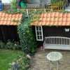 houten schutting met een dakje van dakpannen